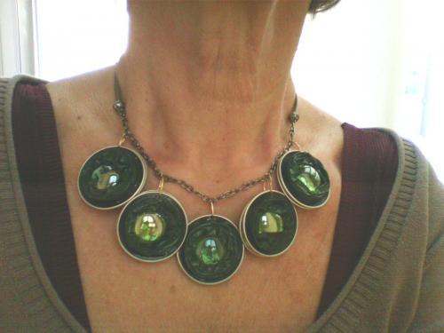 Collier 5 capsules nespresso verte avec incrustation de perles de verre vertes monté sur chaînette argentée et 4 cordons kaki ,réversible marron/cuivré