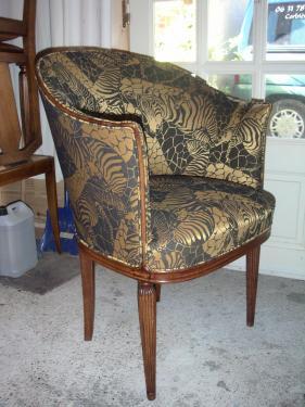 Fauteuil 1930 recouvert de tissu au motif de girafe et panthère noir et or. Finition passepoilée