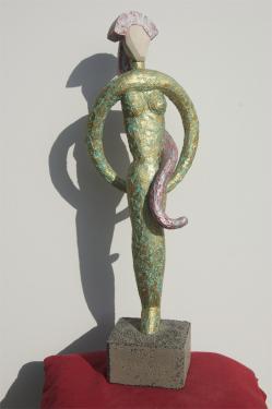 NATH    pierre et b�ton arm�, patines polychrome Hauteur =  67 cm  poids = 4 kg pi�ce unique