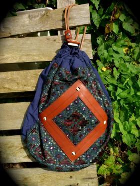 sac cuir et tissu indien,petite perles cousues en os,fond en cuir de vachette marron,bandoulière double en courroie cuir naturel.pièce unique.
