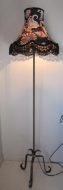 Création lampadaire Charleston, en coton imprimé de chez Liberty et agrémenté de perles de jais.