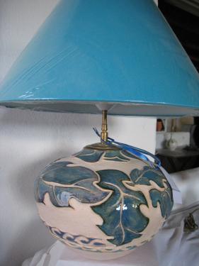 Pied de lampe en terre chamottee tournée travaillée , scultpée et peint à la main  Fabriqué en Bretagne