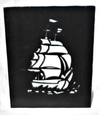 tableau en bois représentant un bateau ses dimensions sont de 20,5 x 25 cm, entièrement réalisé a la main dans mon atelier de montpont en Bresse.