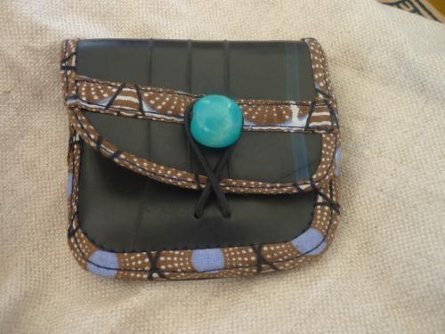 porte monnaie en chambre à air,tissu et perle en bois.
