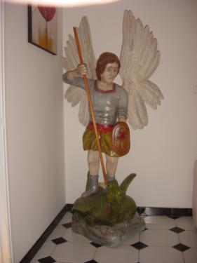 Saint Michel, sculpture en taille directe dans du h�tre. dimension 1.80 m  poids 80 kgs