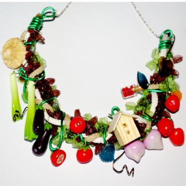Ce collier potager habillera votre tenue d'une fa�on tr�s originale, potirons, navets, piments, aubergines se m�langent sur des cordons et accessoires. Pi�ce unique enti�rement r�alis�e � la main.