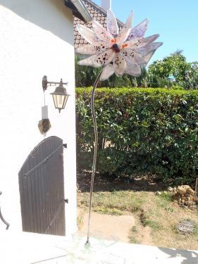 Fleur en verre sur tige à piquer dans le jardin