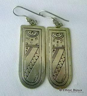 Boucles d'oreilles d'inspiration ethnique berbère en argent gravé.