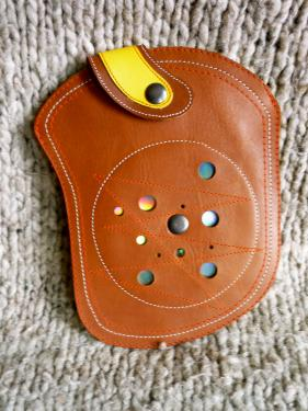 pochette ceinture miroir,veau marron et cuir de chèvre jaune grainé,2 attaches ceinture au dos.