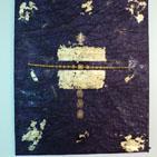 Opium: tableau sur ch�ssis toil� recouvert d'un papier toil� mauve, d�cor� de feuille d'or, d'estampes dor�es, d'une tige dor�e et de petites perles violette