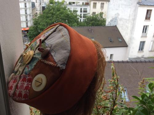 Voici un chapeau d'inspiration Ouzbek. Tissus toilé et patchwork de tissus sur le top. Des motifs de décoration sont apposés. Cories ( petits coquillages), perle de bois et bouton. Modèle unique . Tour de tête : 60