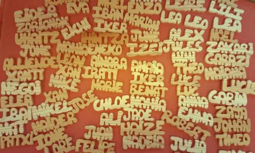 prénoms en pin,  lettre environ 3cm prix: 3 lettres 3,50 euros et ajouter 50 cts par lettre supplémentaire