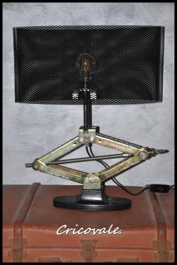 Lampe cric Cricovale, pied en bois (pin) peint en noir, abat-jour ovale en grille métallique noire de 41 cm. Réserver