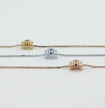 Bracelet Bricc sur chainette en or ; orné ou non d'une pierre, gravure de votre choix. Prix sur demande, à partir de 690?