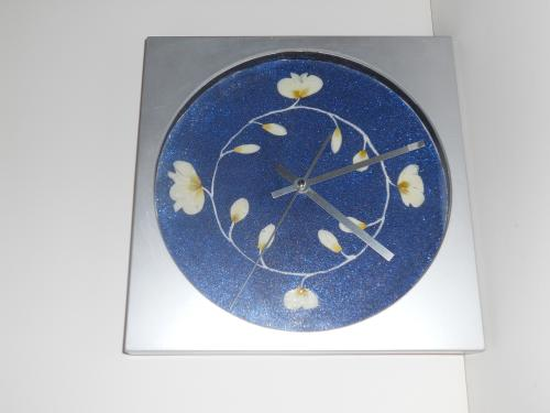 description Horloge d�cor�e avec des fleurs et paillettes