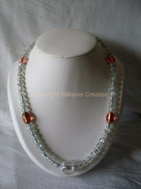 Collier ( 58 cm) fil cablé (gros diamètre), perles en verre blanc, rose Réf: CO08142