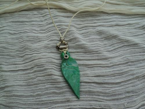 Bora-bora: Pendentif en pâte fimo verte, décoré de perles en métal argehnté et d'un cordon écru en coton ciré. S'adapte à toutes les tailles de cou.