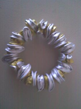 Bracelet capsules dorées montées sur fil élastique