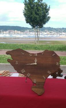 Horloge , forme Pays Basque, couleur chêne foncé, garantie 1 an  D'autres couleurs disponibles