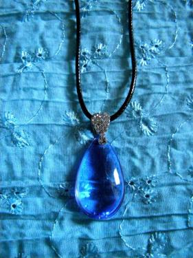 Collier fait main en verre bleu. Livraison gratuite partout en France.  http://www.alittlemarket.com/collier/fr_collier_pendentif_bleu_sous_forme_de_goutte_d_eau_-14565637.html