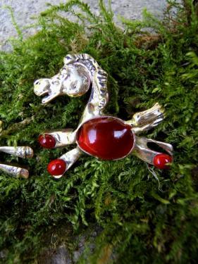 petit pendentif de style naïf en forme de poney laiton plaqué argent fin et verre 4X2 cm livré sur lacet de cuir de couleur