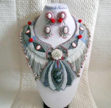 Collier plastron et clips inspiration Art Déco brodés mains avec Larvikite et Howlite  Le pendentif central est brodé de rocailles et délicas dans les tons de gris, gris perle,bleu, autour d'un cabochon