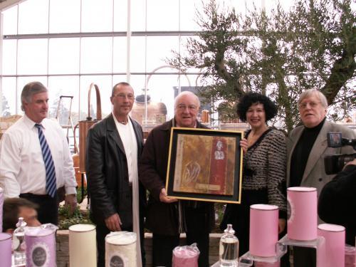 Jean RENARD lors de l'inauguration de sa Gamme de Parfums auquel l'artiste Pal a offert une Oeuvre personnelle à l'occasion de son anniversaire et de ses 50 ans de SACEM