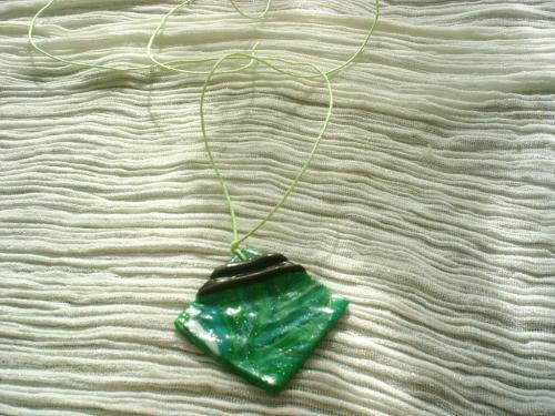 CHLOROPHYLE; Pendentif en p�te fimo vert d�cor� par deux petites bandes en p�te fimo marron vernie. Lien en coton jaune p�le.