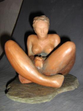 Femme assise sur socle pierre...