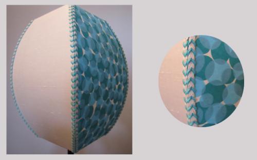 carré bombé habillé sur deux faces d'un papier japonais, et sur les deux autres d'un satin de coton. L'ensemble est souligné de soutache sur les quatre arêtes pour rappeler les couleurs du papier japonais.