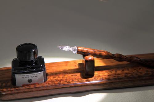 socle en bois d'amourette et porte-plume plume de verre haute résistance et capillarité.