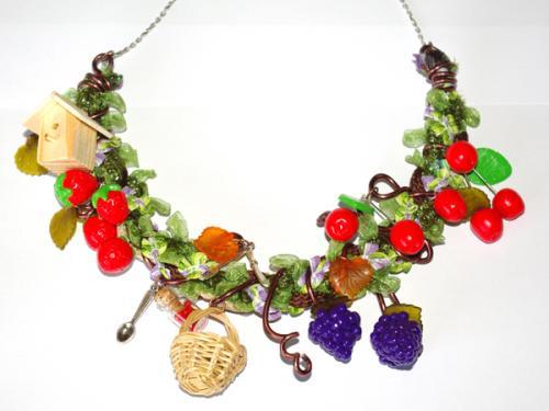 Sur le th�me des fruits ce collier tr�s original et unique enti�rement r�alis� � la main, apportera une touche chic � vos tenues. Cerises, raisins, fraises, panier, chapeau de paille sont suspendus autour d'un tressage de cordons et d'un fil de fer.