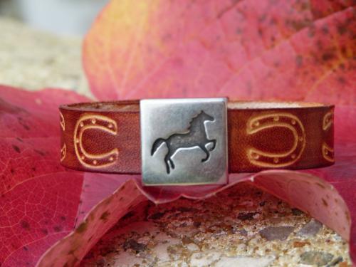 Bracelet cuir véritable de vachette gravé, avec coulissant cheval Largeur 13mm Fermoir pression Référence : BM013RC autre choix sur : http://www.equi-art-design.com/news/bracelets/