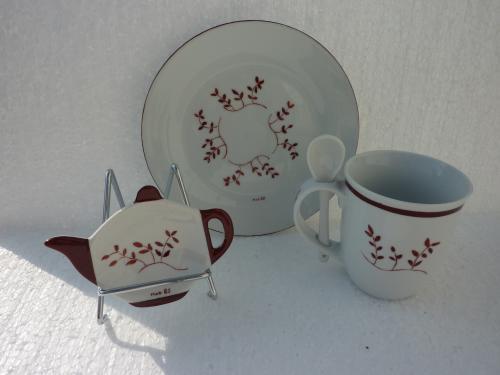 Ensemble thé composé de quatre pièces en porcelaine de Limoges, assiettes à gâteaux, mug et sa cuillère et son repose sachet  thé . Ce motif couleur marron avec des brindilles vous permettra de vous évader en pleine campagne. Passe au lave vaisselle. La dimension de l?assiette est de 19 cm de diamètre. La dimension du mug est : hauteur 10 cm diamètre 9 cm. La dimension de la cuillère est de 12 cm de longueur. La dimension du repose thé est de 11,2 x 8,6 cm hauteur 4,5 cm . En vente sur le site , cliquez sur :  http://www.alittlemarket.com/vaisselle-verres/fr_ensemble_the_compose_de_quatre_pieces_brindilles_marron_-7901111.html