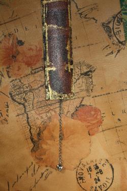 Création unique et originale pour ce marque-page du plus bel effet. on peut apercevoir la silhouette de Victor Hugo fixé au cuir par transfert. dorure par feuille d'or à chaud. un joli signet en chaine terminé par un joli petit canard