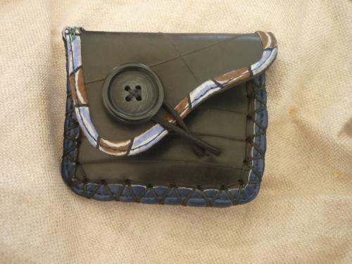 porte monnaie en chambre � air,tissu et bouton bois,bordure cuir,cousu main.