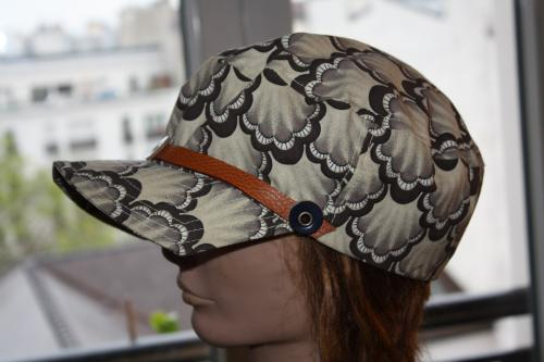 Voici une casquette décontractée qui est certainement faite pour vous. Tour de tête : 56  / 58  Modèle unique. Jolie doublure intérieure. Tour de tête 56 / 58 cm. Elle vous attend
