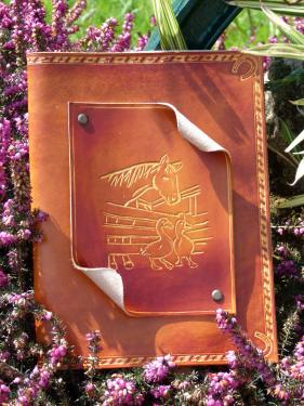Album photos, cuir véritable vachette pleine fleur Gravure : cheval à la ferme Dimensions (cm) : 20 X 25        16 pages soit 64 photos 10 X 15 Référence : AP004CT