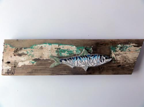 Petite sardine r�alis�e en mosa�que avec d'anciennes tesselles de gr�s �maill�, sur morceau de plate du Golfe du Morbihan.