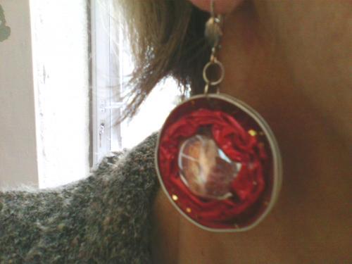 Boucle d'oreille capsule nespresso rouge avec une perle de verre transparente incrustée ,l'autre face est rouge . Très légères . Existe en toutes teintes assorties ou non aux colliers ,sur demande .