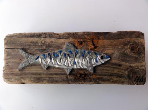 Grosse sardine en mosa�que r�alis�e avec d'anciennes tesselles de gr�s �maill� sur morceau de bois flott�, ramass� sur les plages du Morbihan apr�s la temp�te de janvier 2014.