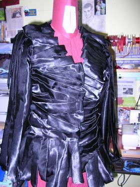 veste réalisée en ruban de satin pliés