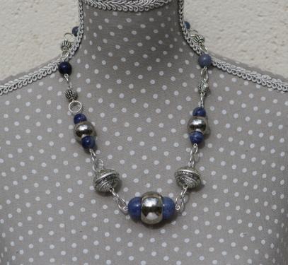 Collier en Agate Bleue et Métal Argenté. Monté sur tiges et anneaux métal argenté. Fermoir Mousqueton Métal Argenté. Poids : 57 g Longueur : 46 cm