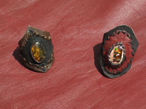à gauche: ambre du Mexique (Chiapas) à droite: opale de feu du Mexique (Magdalena)