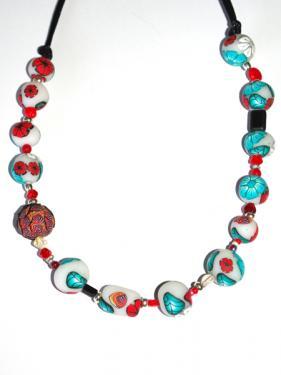 Ce collier r�alis� en pi�ce unique, apportera une note chic et class autour de votre cou.