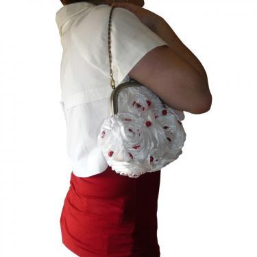 White party, sac � fermoir et anse cha�nette, tissu brod� de perles au crochet de Lun�ville.