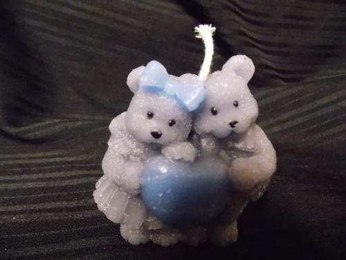 Bougie en forme de 2 ours tenant un coeur. Existe en gris ou terracosta. de 8,5 de hauteur sur 7 cm de large