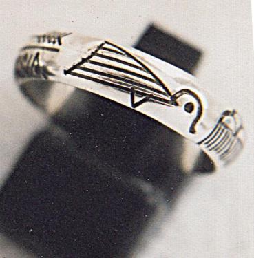 anneau en demi jonc gravures amérindiennes -fabrication artisanale en argent massif 95% gravures réalisées à la main