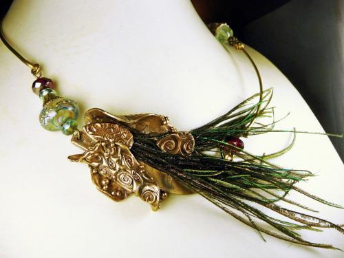 Collier en bronze, plumes de paon, perle de verre de la cr�atrice