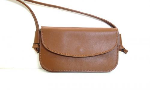 Pochette anis avec bandouli�re amovible  passants pour ceinture au dos  int�rieur: 2 compartiments dont un � fermeture �clair, et un petit compartiments pour ranger ses cartes  poche zip�e au dos